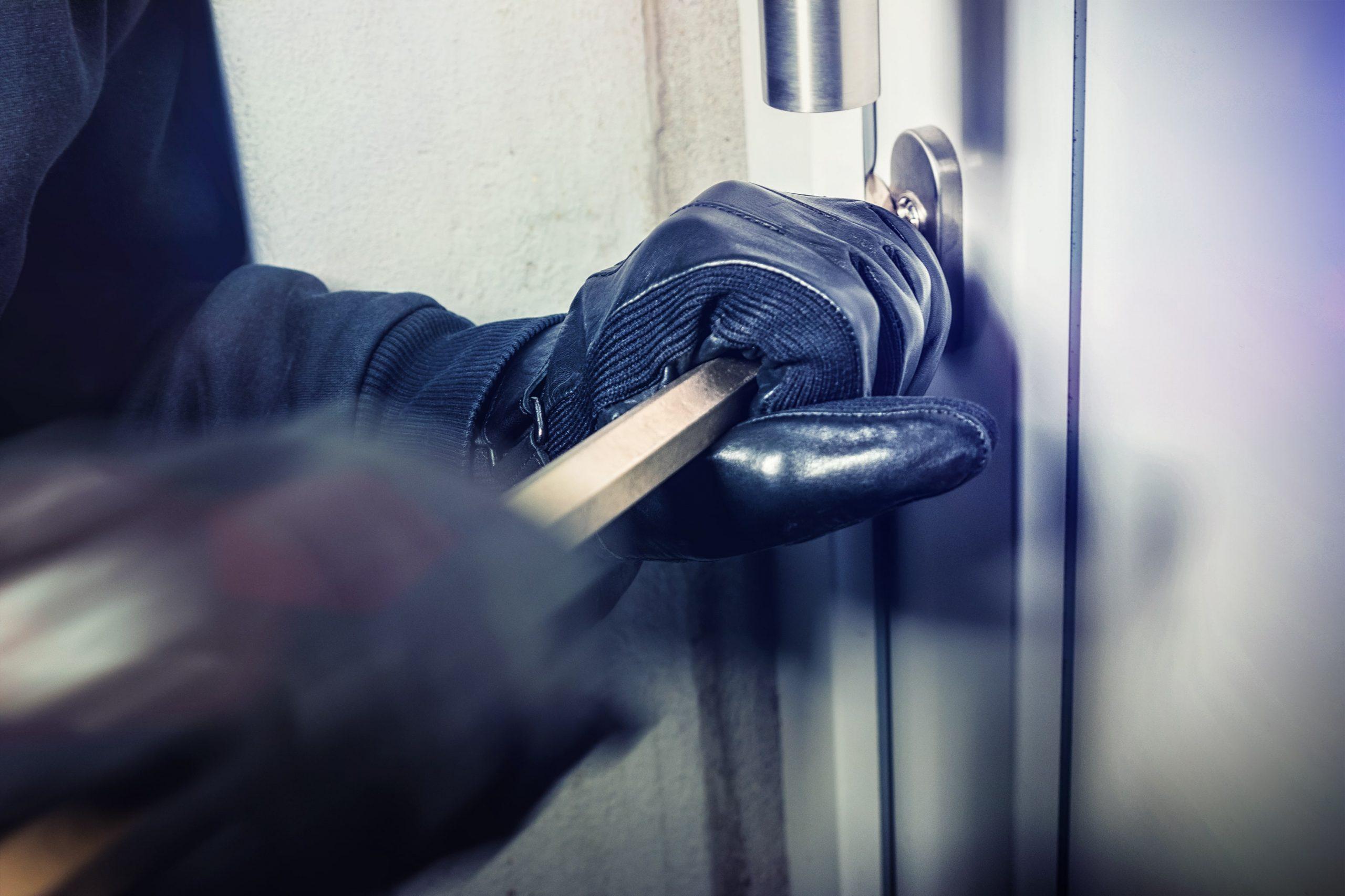 Inbreker die met koevoet probeerd een deur open te breken